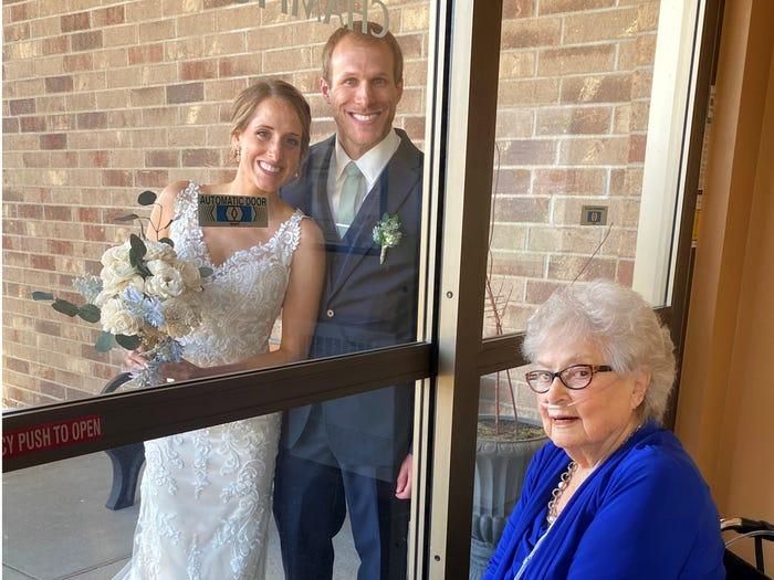 عروس تزور جدتها