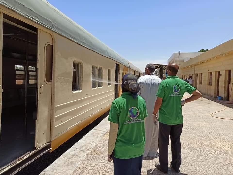 رش وتعقيم محطة سكك حديد إسنا لحماية المسافرين