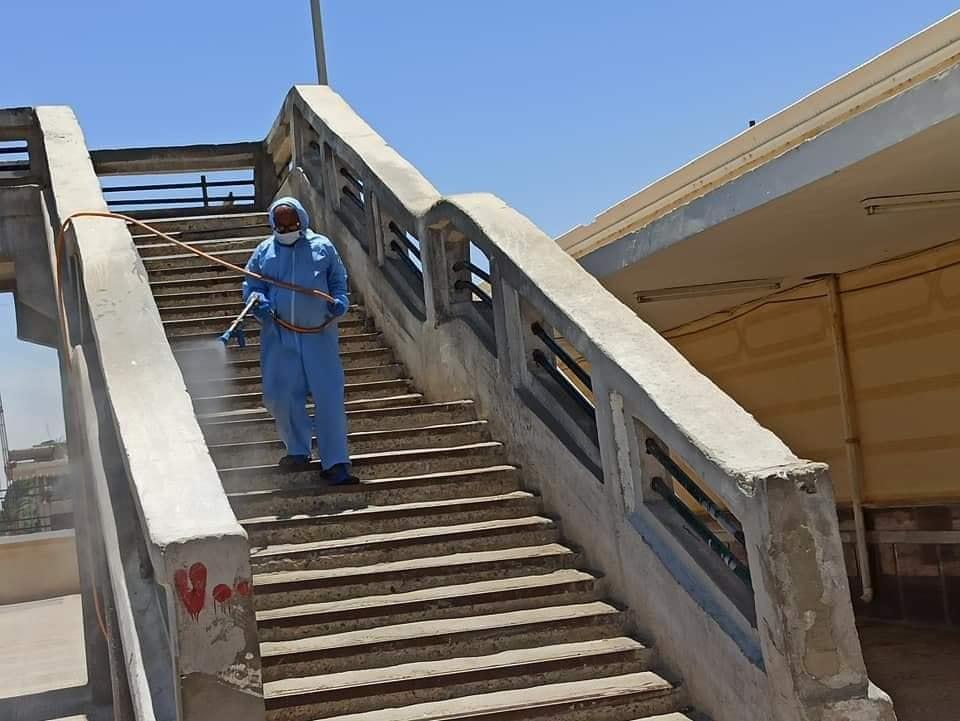 جانب من رش المحطة لحماية المسافرين من العدوى