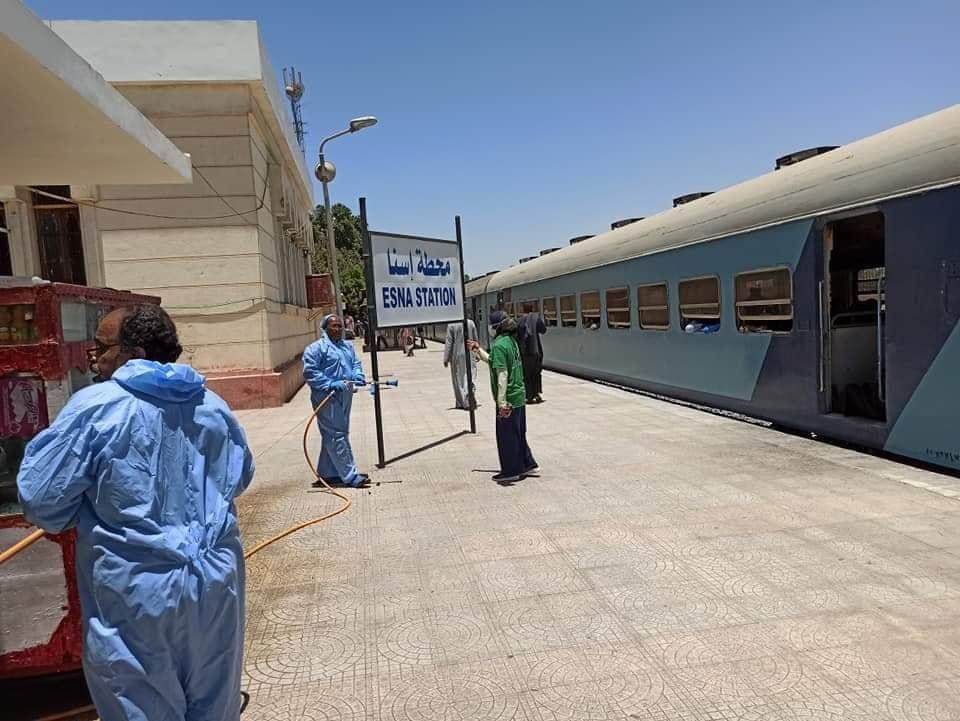 أعمال رش وتعقيم محطة سكك حديد مدينة إسنا