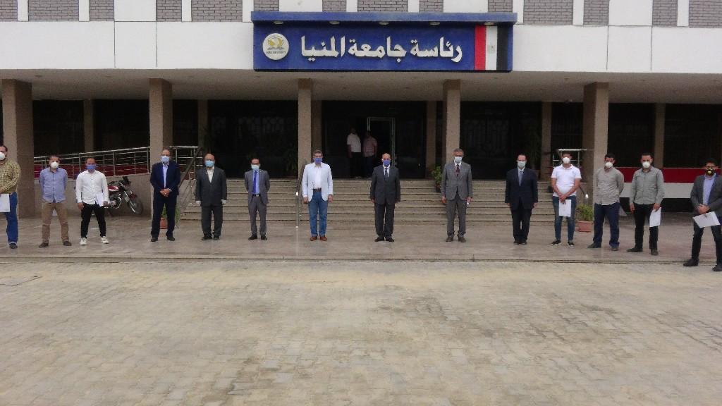 جامعة المنيا تُكرم الأطقم الطبية والتمريضية العاملين بمستشفيات العزل الصحى (4)