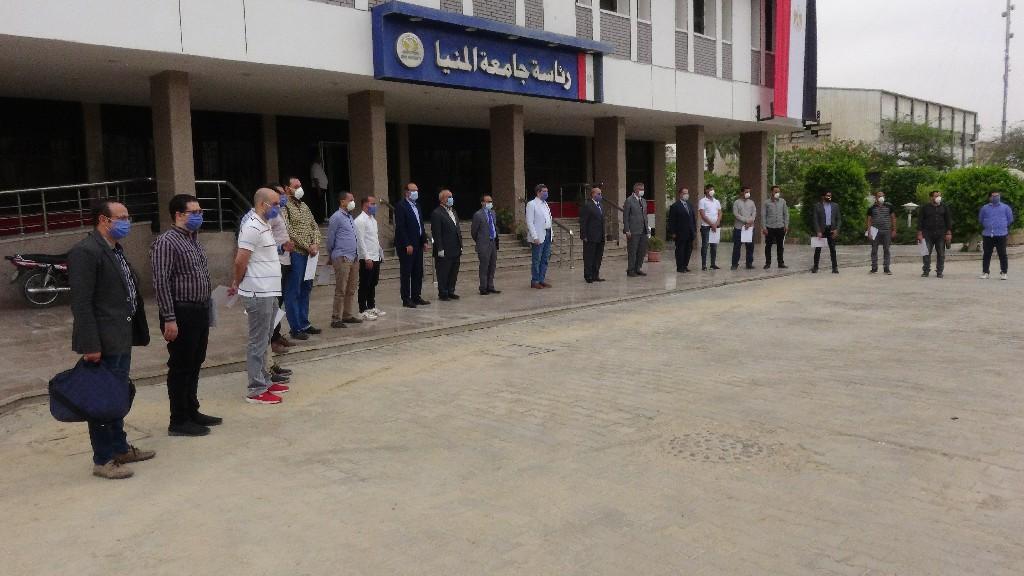 جامعة المنيا تُكرم الأطقم الطبية والتمريضية العاملين بمستشفيات العزل الصحى (1)