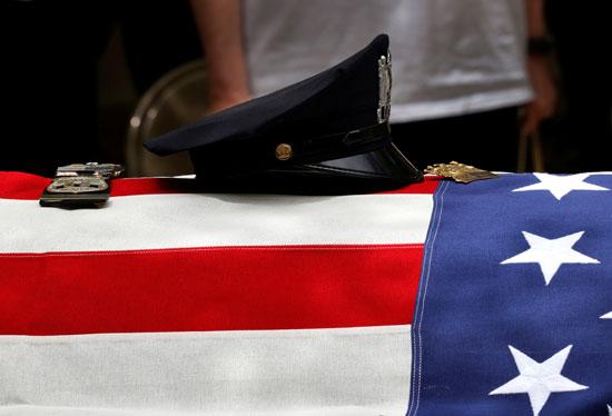 علم أمريكا على تابوت ضحية كورونا