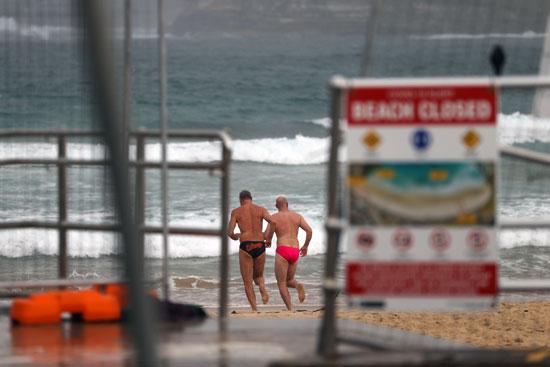الرجال يركضون في شاطئ بوندي