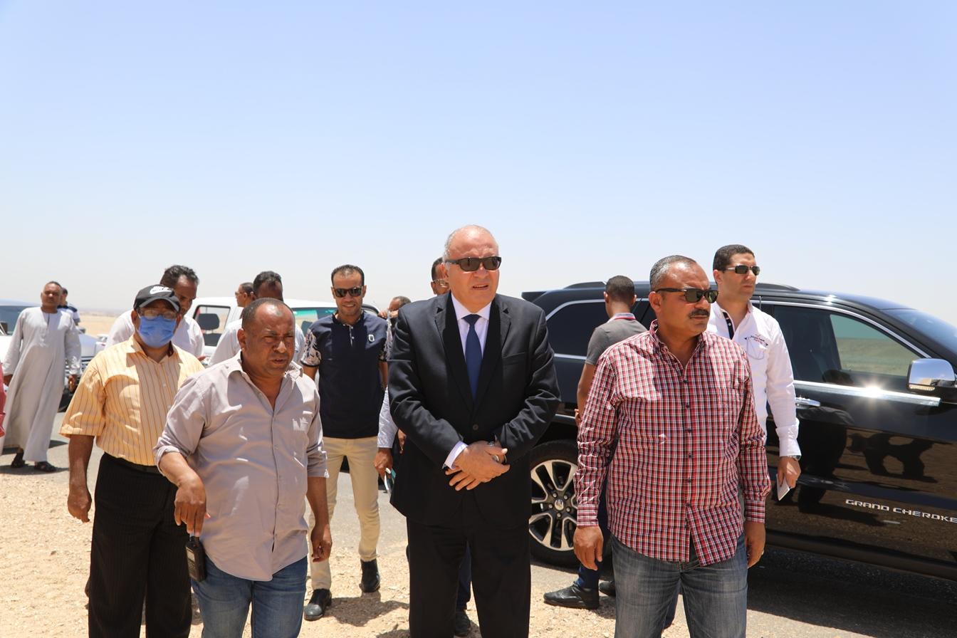 محافظ قنا يتفقد مخر سيل كرم عمران (3)