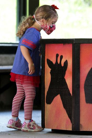 طفلة تتابع عن قرب