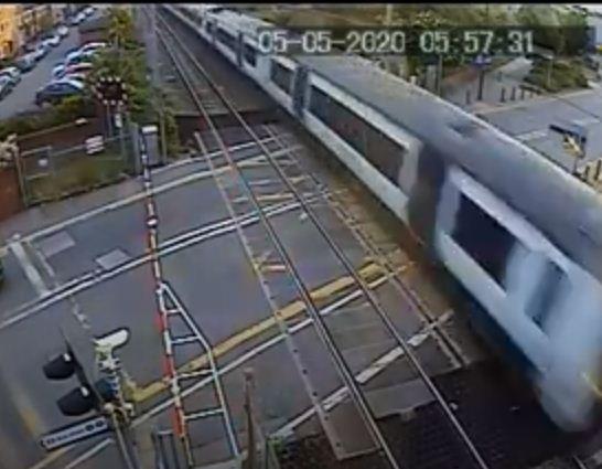 القطار يعبر من المزلقان
