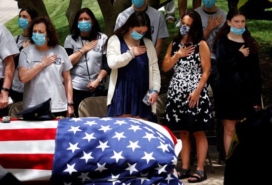 المشاركون فى الجنازة