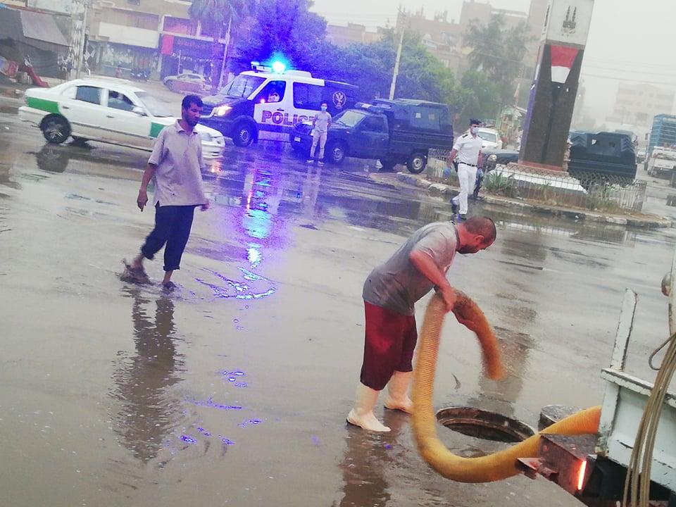 مدير امن الوادى الجدد يتابع اعمال شفط مياه الامطار (5)