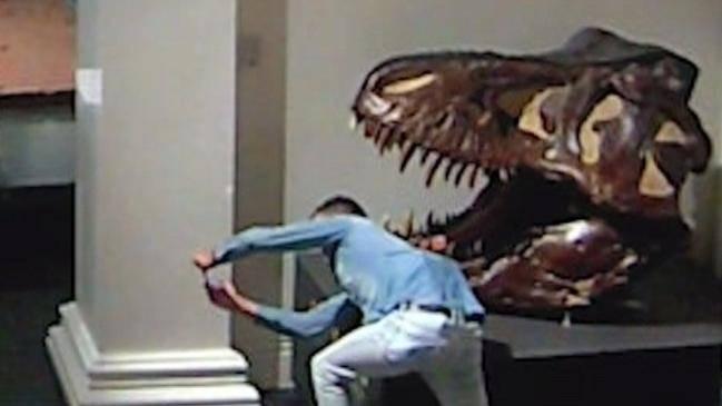 شخص يتسلل إلى متحف في أستراليا (1)