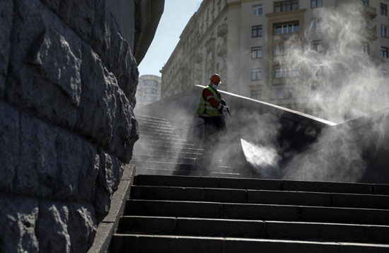 تطهير وتعقيم شوارع موسكو لمواجهة الوباء