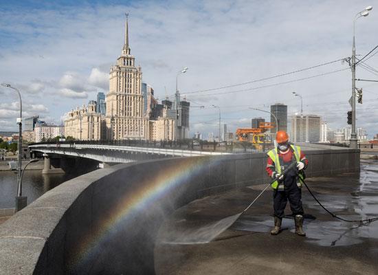 حملة تطهير وتعقيم شوارع موسكو لمواجهة كورونا