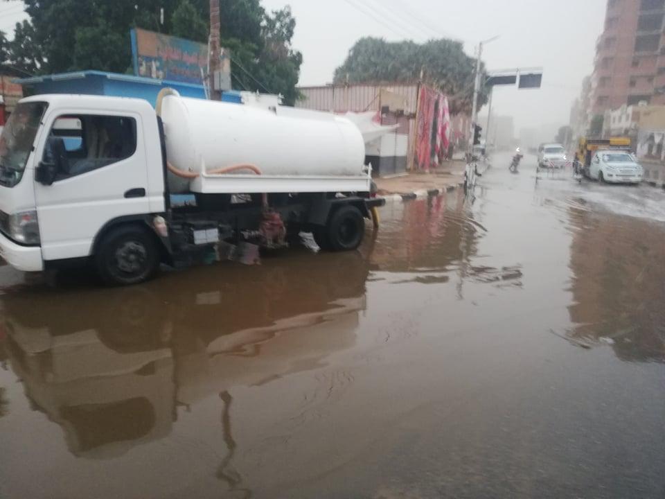 مدير امن الوادى الجدد يتابع اعمال شفط مياه الامطار (4)