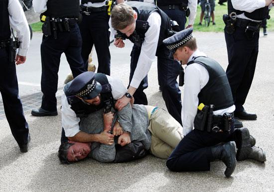 اعتقال متظاهرين ضد إجراءات الحظر ببريطانيا