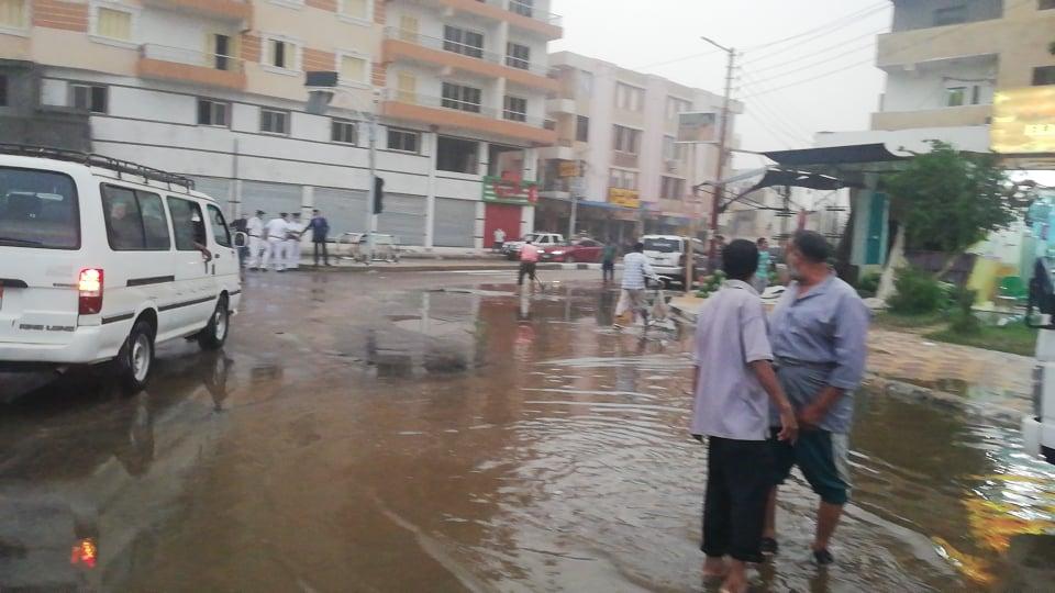 مدير امن الوادى الجدد يتابع اعمال شفط مياه الامطار (8)