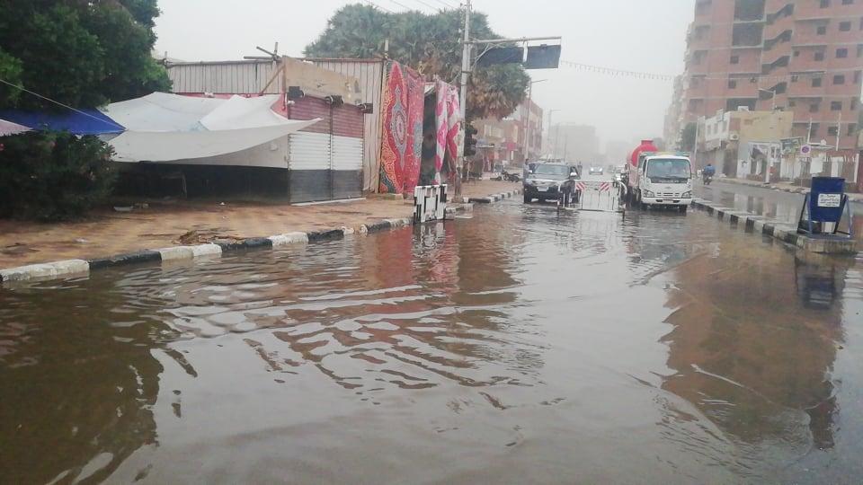 مدير امن الوادى الجدد يتابع اعمال شفط مياه الامطار (7)