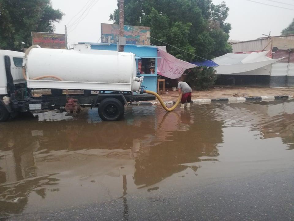 مدير امن الوادى الجدد يتابع اعمال شفط مياه الامطار (2)