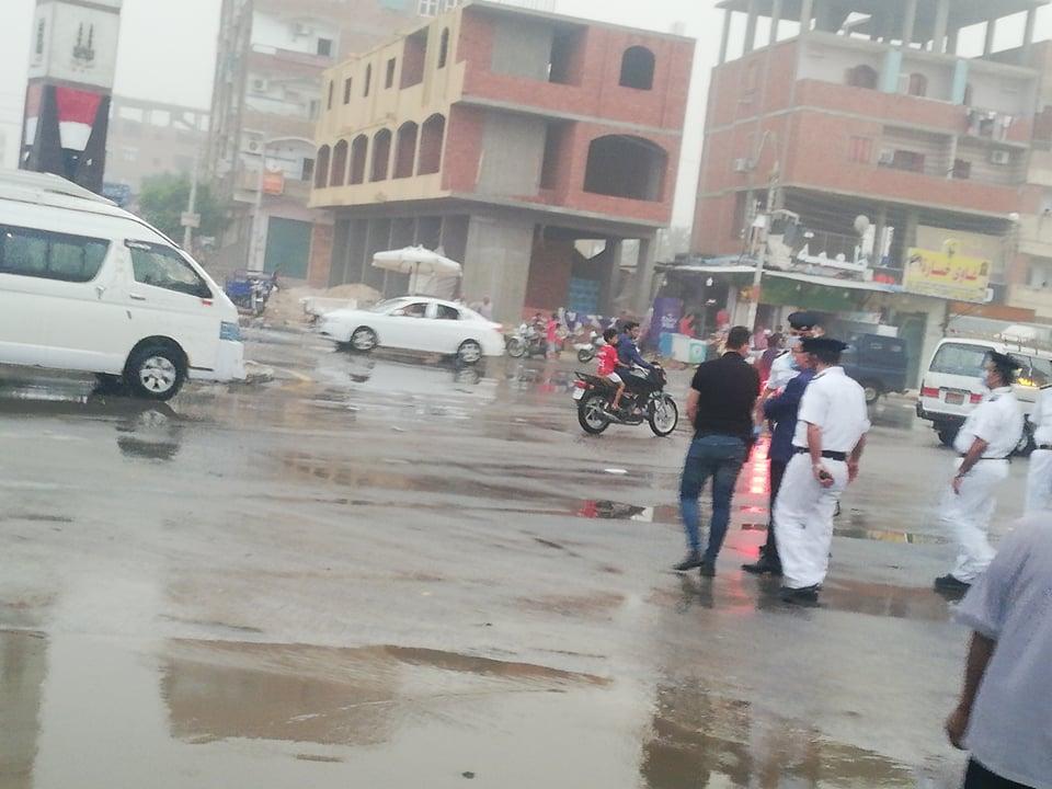 مدير امن الوادى الجدد يتابع اعمال شفط مياه الامطار (6)