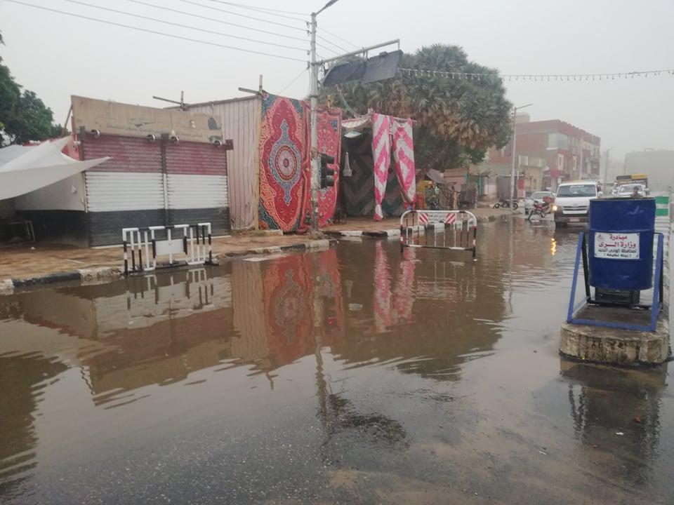 مدير امن الوادى الجدد يتابع اعمال شفط مياه الامطار (3)
