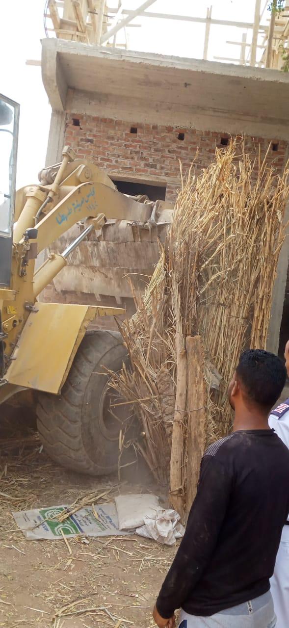 إزالة التعديات على الأراضى الزراعية بقرى طهطا شمال سوهاج (3)