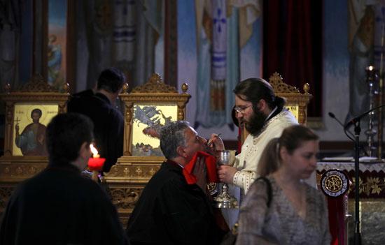 مسيحيو اليونان عادوا إلى الكنائس