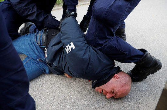 ضبط احد المتظاهرين