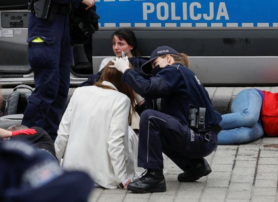 الشرطة تتابع حالة إحدى المصابين خلال تفريق المتظاهرين