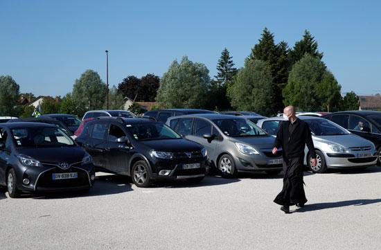 سيارات المواطنين الذين حرصوا على حضور القداس