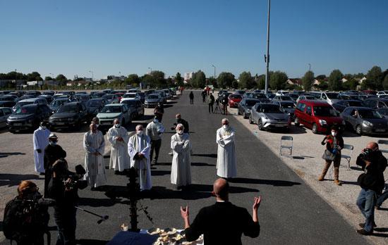 مواطنون يحضرون القداس داخل سيارتهم لضمان عدم الاختلاط