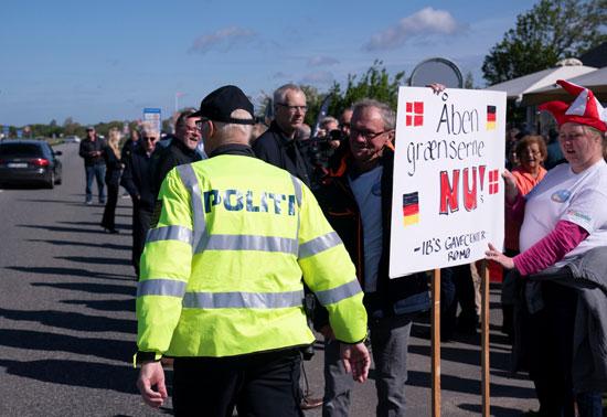 لافتات للمطالبة بفتح الحدود بين ألمانيا والدنمارك