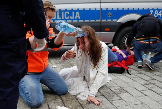 يسعفون مصابة خلال فض التظاهرة