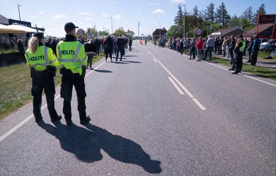 قوات أمن يتابعون المظاهرات