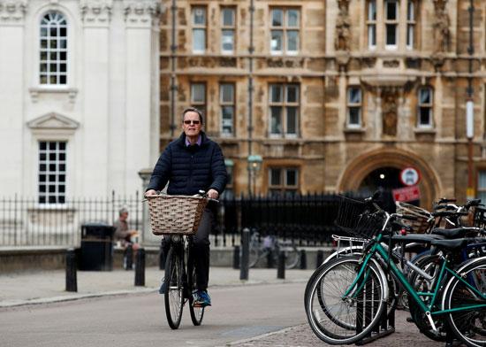 مواطن يركب دراجته فى كامبريدج