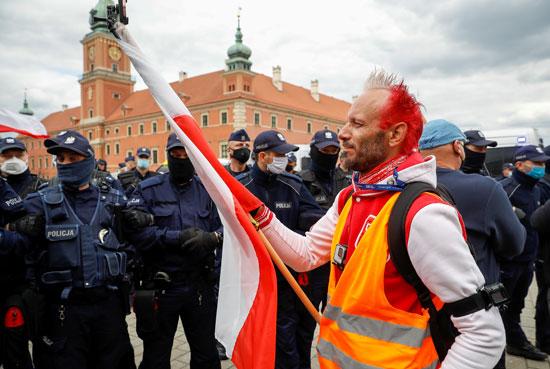 محتج يرفع علم بولندا