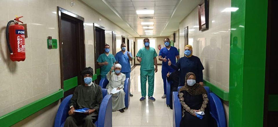سعادة الفريق الطبى بخروج 21 حالة بعد شفاؤهم من كورونا