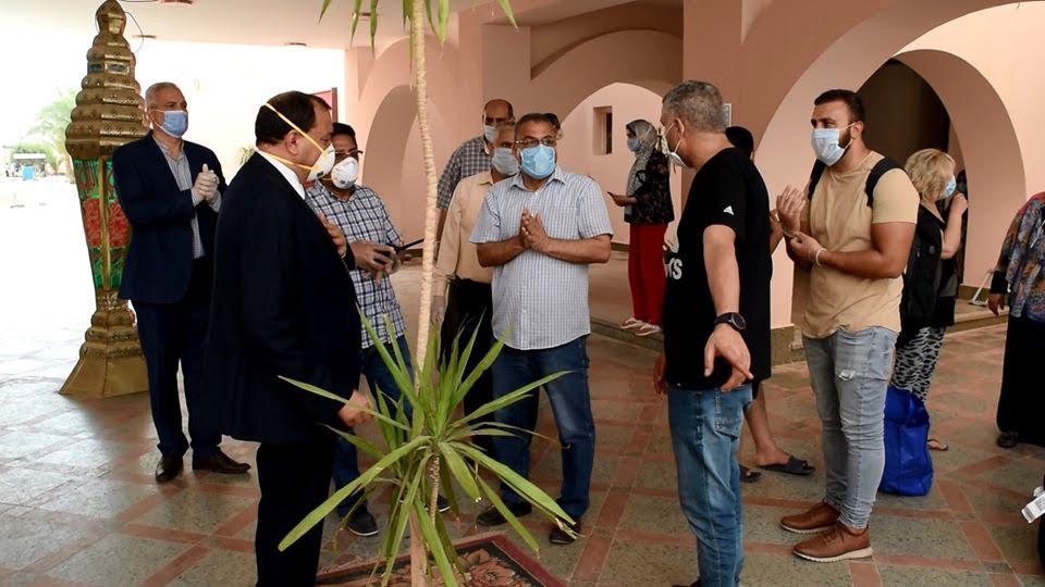 الدكتور منصور حسن يستقبل الفوج الاخير من المصريين