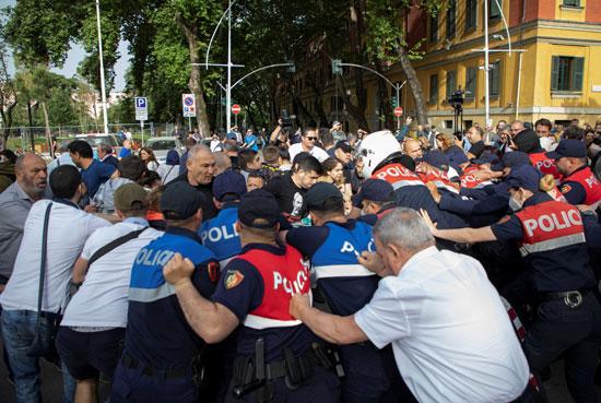 79628-احتجاجات-عنيفة-بسبب-هدم-المسرح-الوطنى