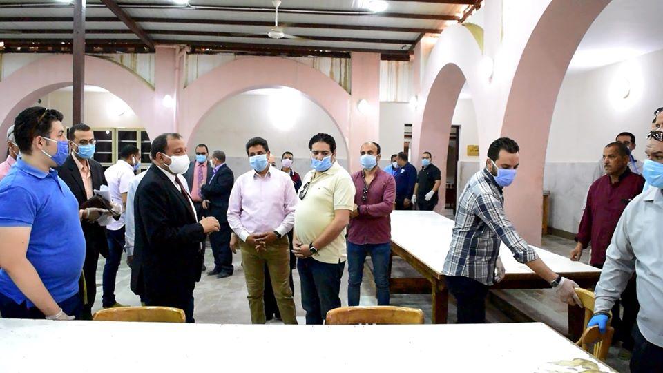 الدكتور منصور حسن يستقبل المصريين