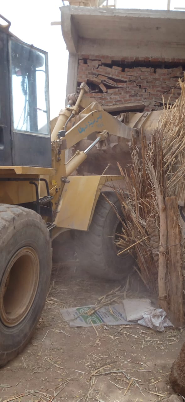 إزالة التعديات على الأراضى الزراعية بقرى طهطا شمال سوهاج (1)