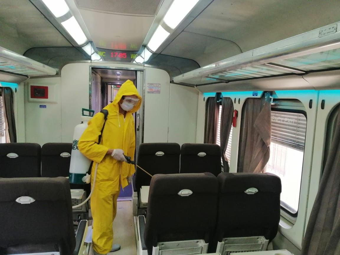 السكة الحديد تواصل أعمال تعقيم المحطات والقطارات ضد كورونا (8)