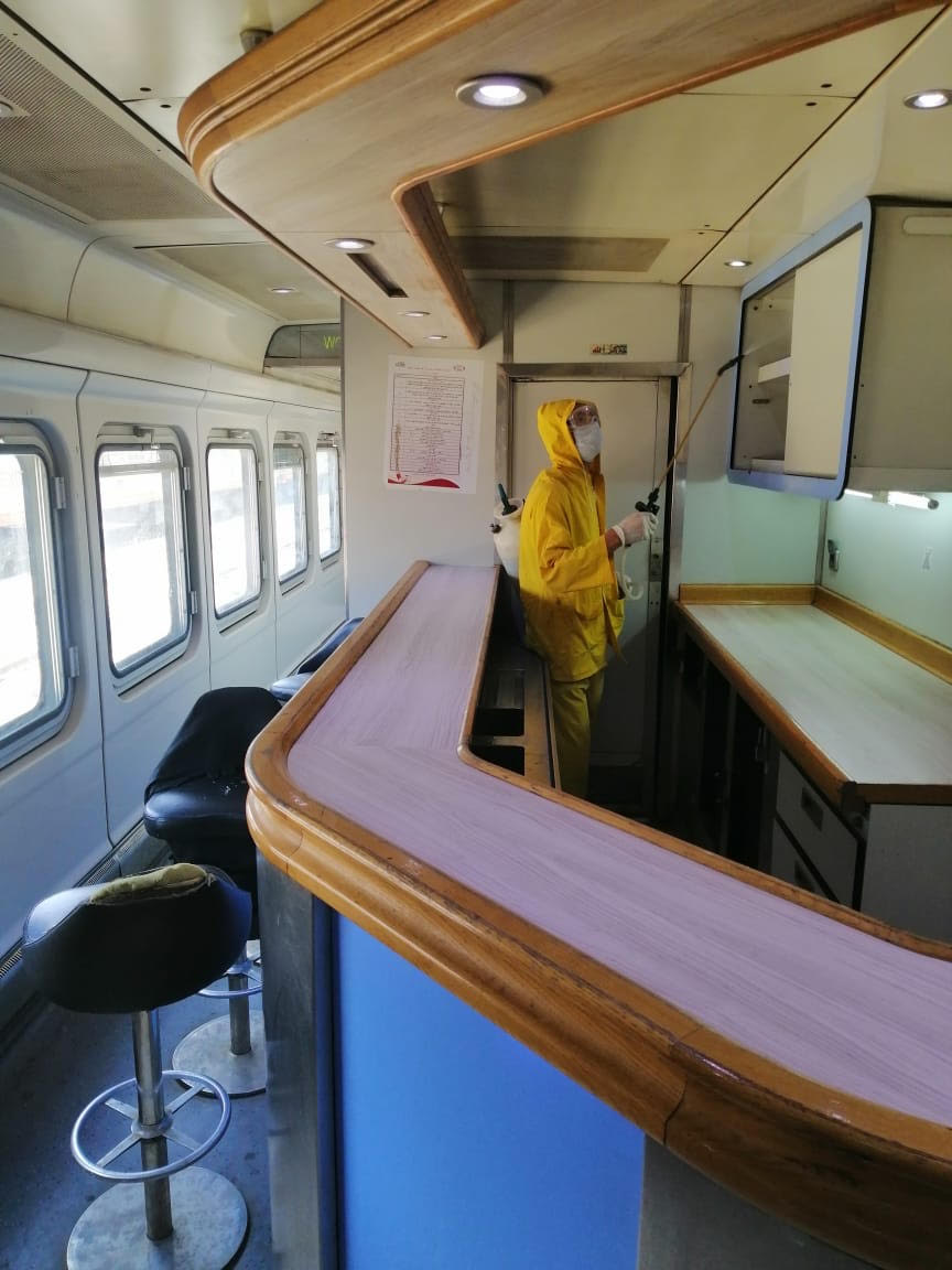 السكة الحديد تواصل أعمال تعقيم المحطات والقطارات ضد كورونا (1)