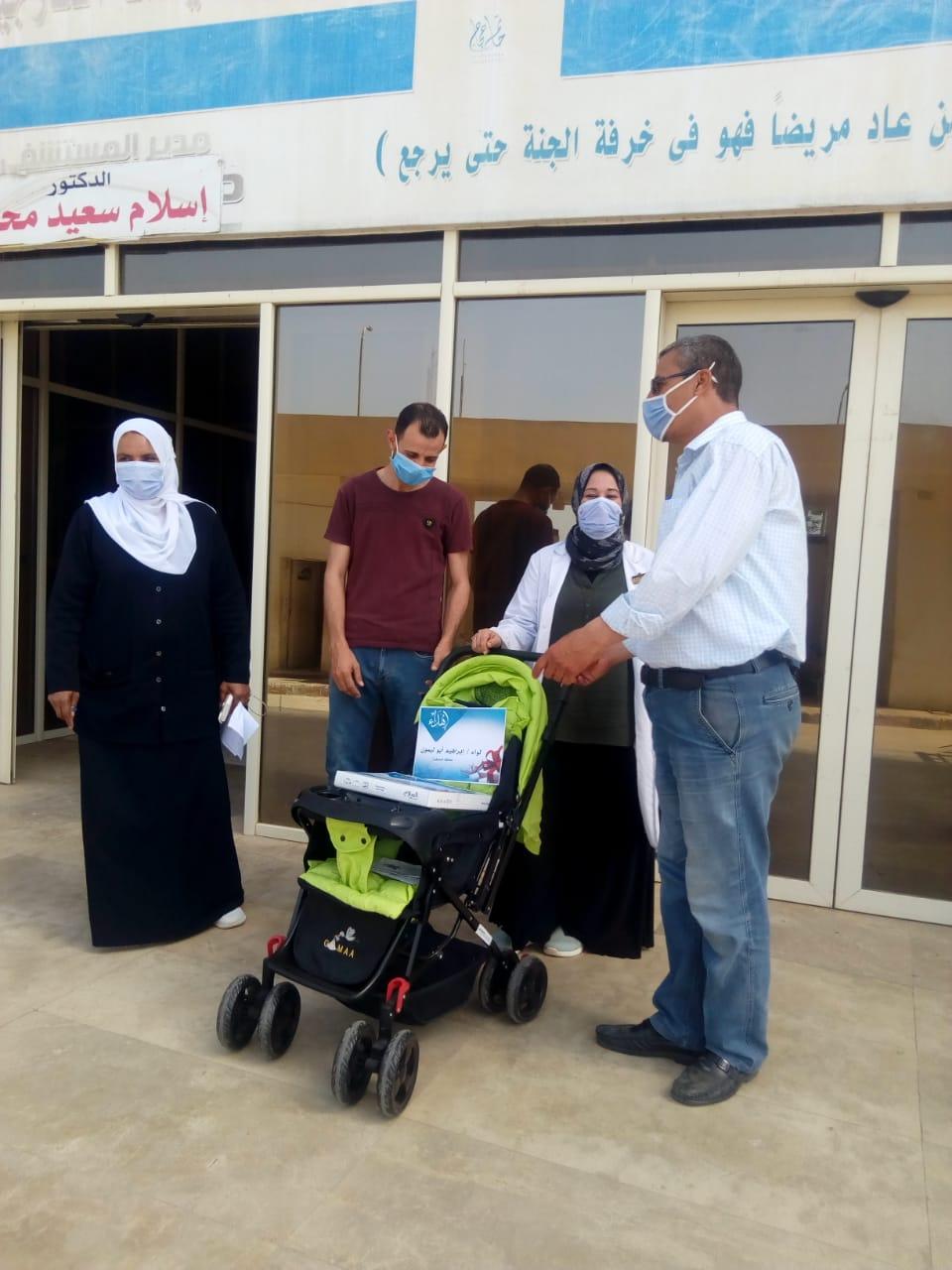 عجلة وكوفرته هدية محافظ المنوفية لأول مولود داخل العزل الصحي بالباجور (4)