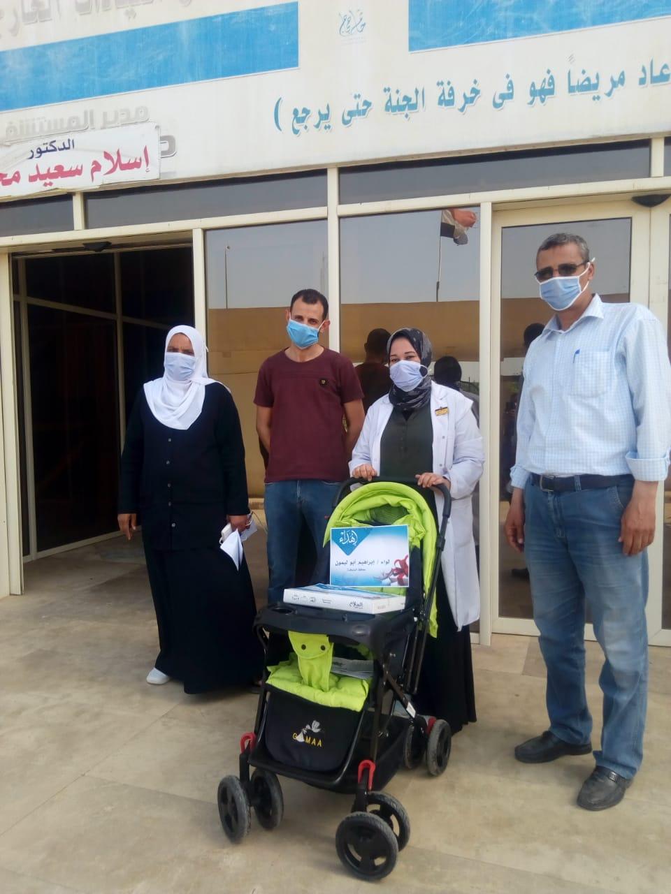 عجلة وكوفرته هدية محافظ المنوفية لأول مولود داخل العزل الصحي بالباجور (6)