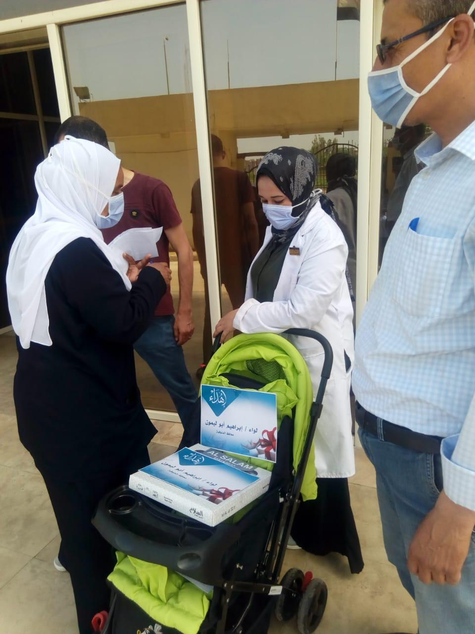 عجلة وكوفرته هدية محافظ المنوفية لأول مولود داخل العزل الصحي بالباجور (3)