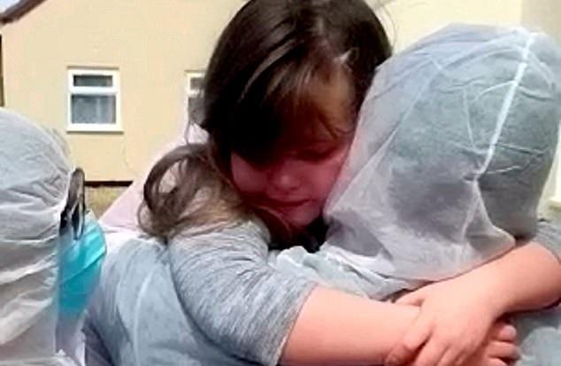 لقاء الأم والأبنة بالبدلة الواقية في إنجلترا  (1)
