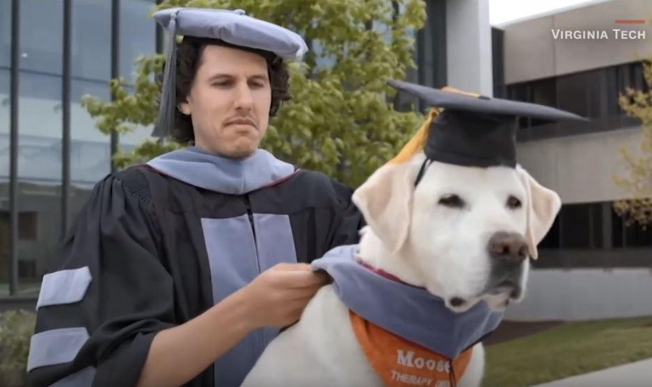 كلب يحصل على درجة الدكتوراه الفخرية