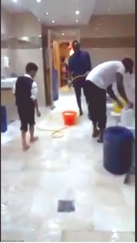 مانيه ينظف الحمامات فى أحد مساجد ليفربول