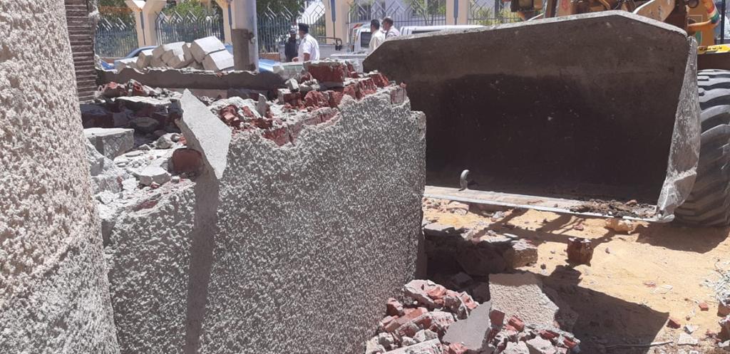 جهاز مدينة الشروق يزيل ١٠ حالات تعد من مالكي الوحدات السكنية