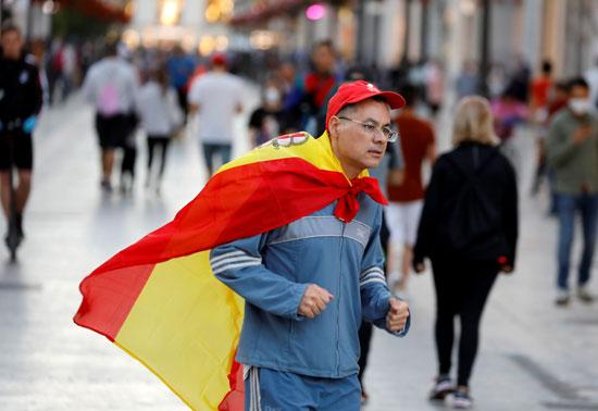 متظاهر يرفع علم اسبانيا
