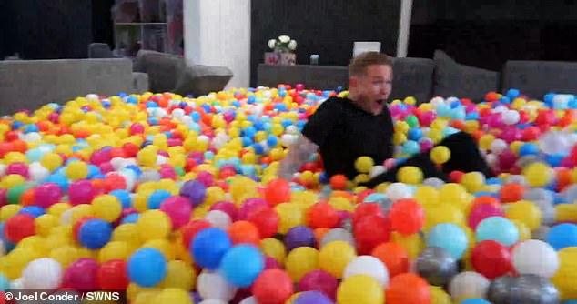 يوتيوبر يفاجئ زوجته وأولاده بـ 250 ألف كرة مطاطية  (4)